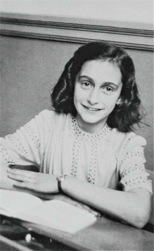 Dieses Bild hat ein leeres alt-Attribut; sein Dateiname ist Anne_Frank_lacht_naar_de_schoolfotograaf-630x1024.jpg.